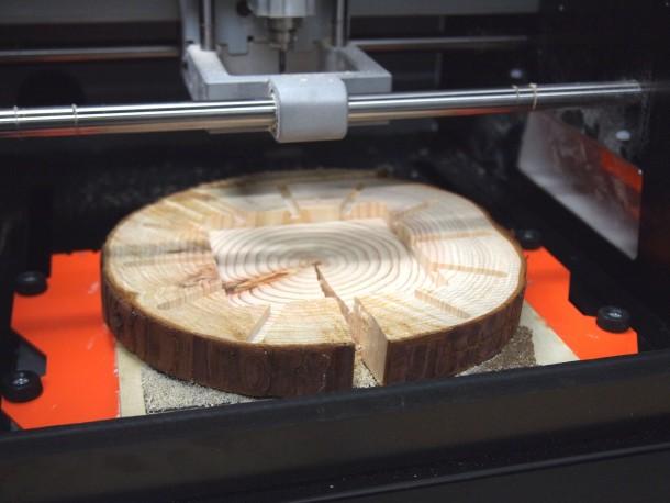 回路基板を埋め込むため、丸太をSRM-20で切削している様子