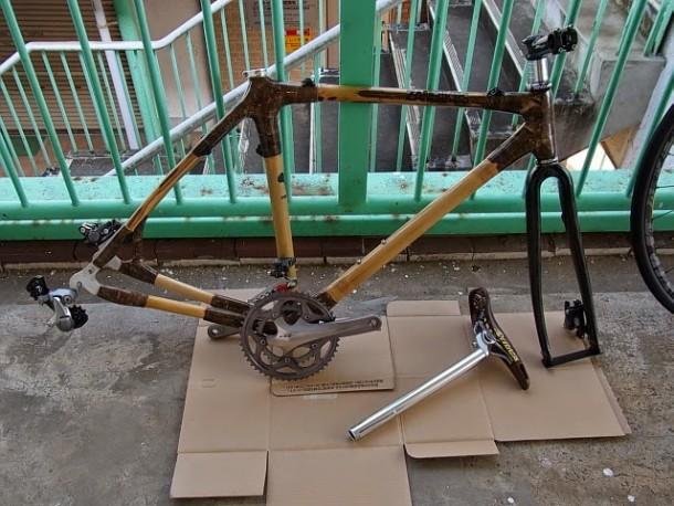 図1.調整中の竹製フレームの自転車