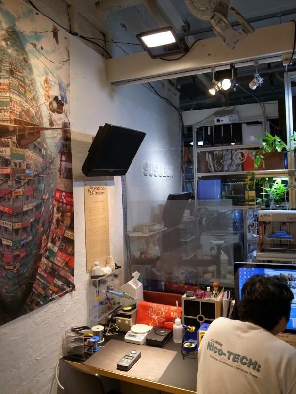 図4.LED灯光器追加後のカフェスペースの様子